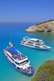 在蓝色海海湾的两艘游轮 免版税库存照片