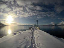 在蓝色海湾和码头的日出 库存图片
