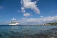 在蓝色海湾的游轮在尼斯云彩下 免版税图库摄影