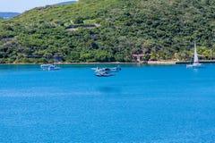 在蓝色海湾的蓝色和白色水上飞机 免版税图库摄影