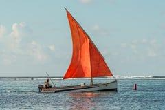 在蓝色海湾-毛里求斯的猩红色风帆 免版税图库摄影