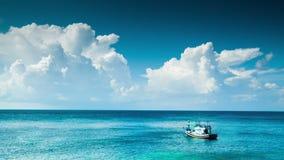 在蓝色海的偏僻的小船 股票视频