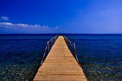 在蓝色海的同辈有蓝天的 免版税库存照片
