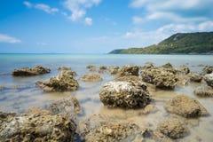 在蓝色海的布朗岩石 库存图片