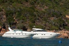 在蓝色海的帆船在可西嘉岛海岛,法国海岸的一个海湾的  免版税图库摄影
