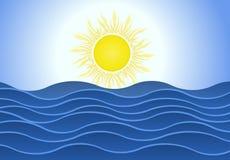 在蓝色海的明亮的夏天太阳挥动背景 库存照片