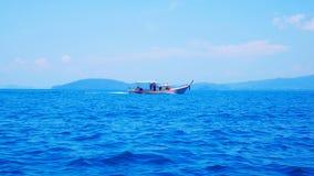 在蓝色海的渔船,南部泰国,甲米府 免版税库存图片