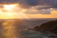 在蓝色海的热带在天空泰国的日落和光芒 免版税库存照片
