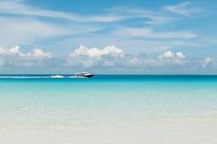 在蓝色海的白色快艇 库存图片