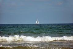 在蓝色海的风船航行 库存图片