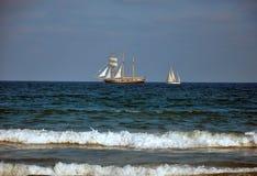 在蓝色海的风船航行 免版税库存图片
