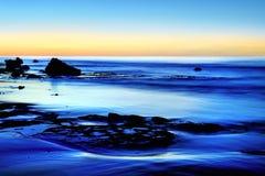 在蓝色海的黄昏 图库摄影