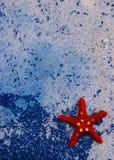在蓝色海背景的海星 免版税库存照片