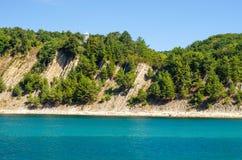 在蓝色海自然镇静背景附近的绿色海岛海岸线 库存图片