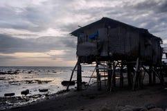 在蓝色海边缘的渔夫的房子 菲律宾 免版税图库摄影