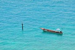 在蓝色海运的小船 库存照片