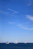 在蓝色海水的三条大美丽的白色游艇 免版税库存图片