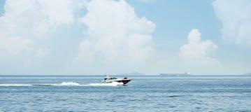 在蓝色海水的小船 免版税图库摄影