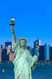 在蓝色清楚的天空的自由女神像,纽约,美国 免版税库存图片