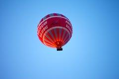 在蓝色清楚的阳光天空的热空气气球 免版税库存图片