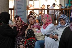 在蓝色清真寺附近的街道人在伊斯坦布尔 免版税库存照片
