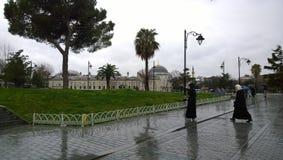 在蓝色清真寺附近的雨天 图库摄影