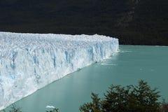 在蓝色湖的冰墙壁 库存照片