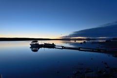 在蓝色湖的小船发射 库存照片