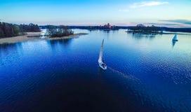 在蓝色湖,特拉凯的船 库存图片