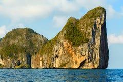 在蓝色热带泰国海的大岩石海岛 免版税库存照片