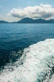 在蓝色热带海的汽船以后浇灌方式 免版税库存照片