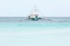 在蓝色热带海,菲律宾博拉凯的大白色汽船我 免版税库存图片