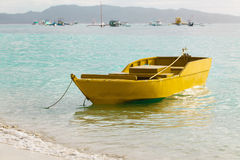 在蓝色热带海,菲律宾博拉凯的小黄色小船 免版税库存图片