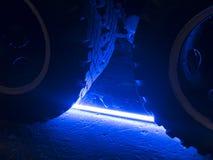 在蓝色照亮的卡车轮子 库存图片