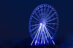 在蓝色照亮的弗累斯大转轮的夜射击 免版税库存照片