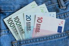 在蓝色牛仔裤口袋特写镜头的欧洲钞票 免版税库存照片