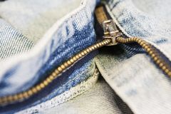 在蓝色牛仔裤的拉链 库存照片