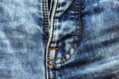 在蓝色牛仔裤的缝,拉练前面 免版税库存图片