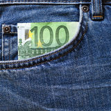 在蓝色牛仔裤的零用钱 免版税图库摄影