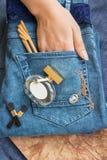 在蓝色牛仔裤谎言香水瓶,金金银细丝工的工作时钟, 免版税图库摄影