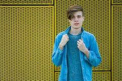 在蓝色牛仔布的十几岁的男孩模型 免版税图库摄影