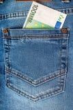 100在蓝色牛仔裤口袋的欧元笔记 免版税图库摄影