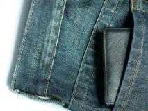 在蓝色牛仔裤的口袋有balck钱包的 库存图片