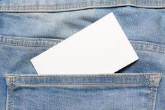 在蓝色牛仔裤的后面口袋的名片 免版税库存图片