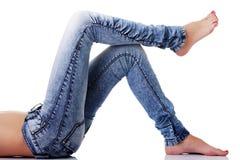 在蓝色牛仔裤的适合的女性身体 库存图片