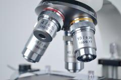 在蓝色特写镜头梯度显微镜之后的背景 图库摄影