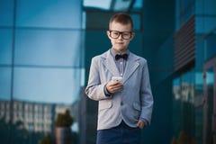 在蓝色现代背景的孩子商人 免版税库存图片