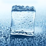 在蓝色玻璃的透明冰块与水下落 免版税库存图片