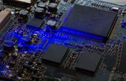 在蓝色电路板的微处理器 计算机微集成电路的特写镜头 图库摄影
