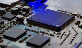 在蓝色电路板的微处理器 计算机微集成电路的特写镜头 免版税图库摄影